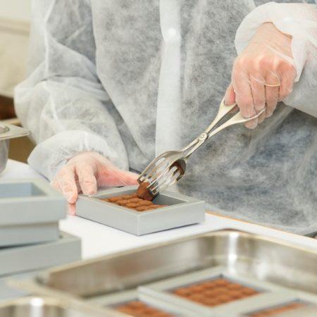 AuftragArbeit in der Konfektionierung verpacken wir auch Lebensmitteln für Sie.