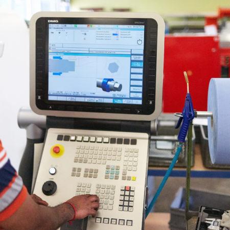 AuftragArbeit unsere Werkstätten führen elektrotechnische Montagearbeiten durch.