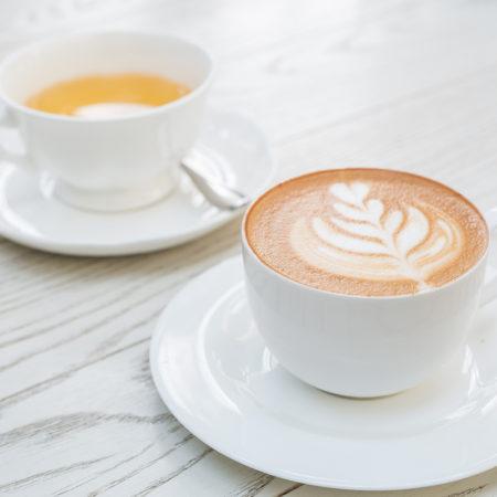 AuftragArbeit täglich servieren wir verschiedene Teesorten und frisch gebrühten Kaffee.